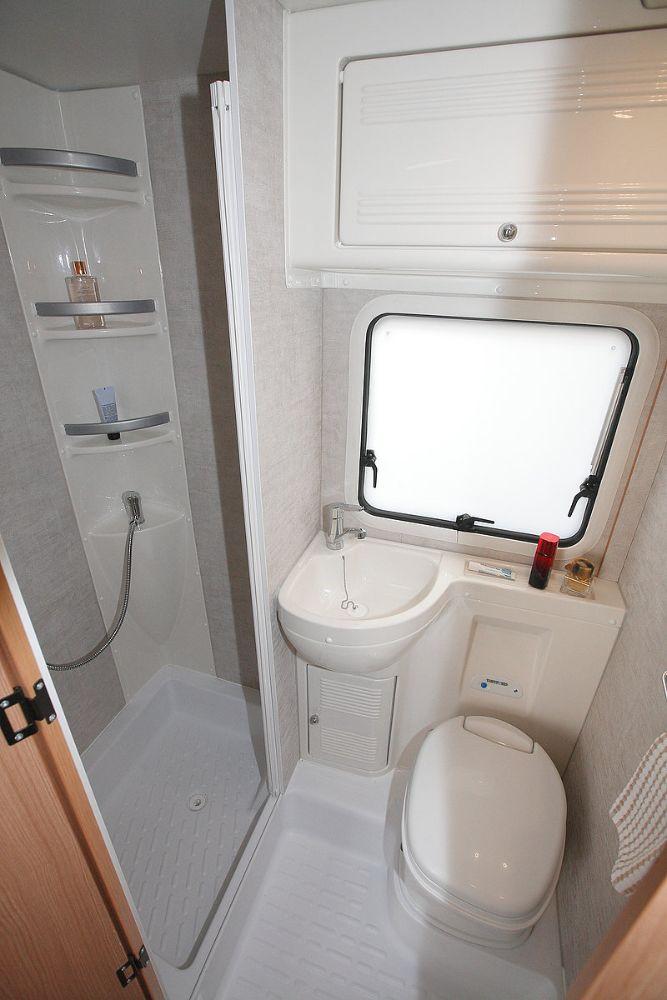 Wohnmobil-mit-Dusche-und-WC